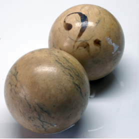 Un par de bolas de billar en ouro. O século XIX.