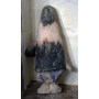 La figura della vergine in pietra
