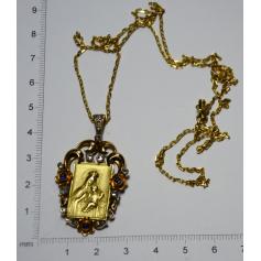 Medalla representando a virxe e o neno en ouro