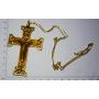 Grande croce in metallo dorato a catena in oro.