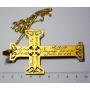Gran cruz colgada no ouro cadea de metal en ouro.