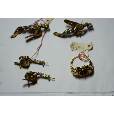 Gran quantitat de dos conjunts d'arracades i anell en or