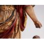 La figura dell'Arcangelo sul legno intagliato
