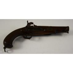Pistolet à silex, et décoratifs.