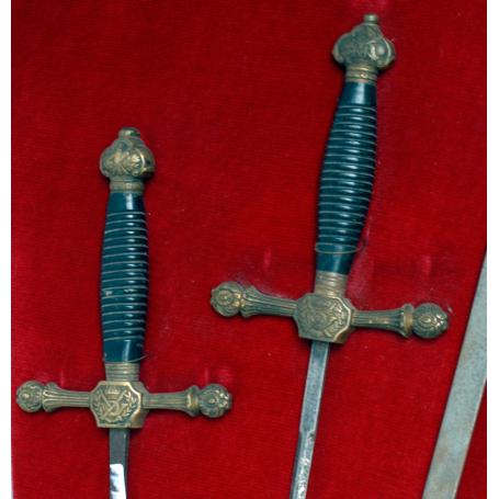 Panoplia en forma de escudo con 5 espadas, s.XIX.