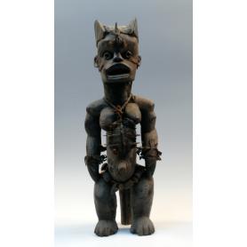 Figura femenina en talla africana