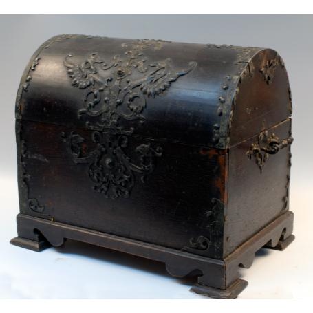 Cofre arqueta en madera, decoración en la parte frontal y lateral.