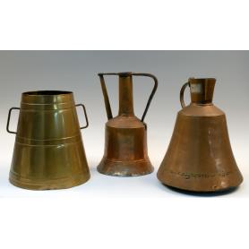 Lote de tres utensilios de cocina en cobre repicado y latón.