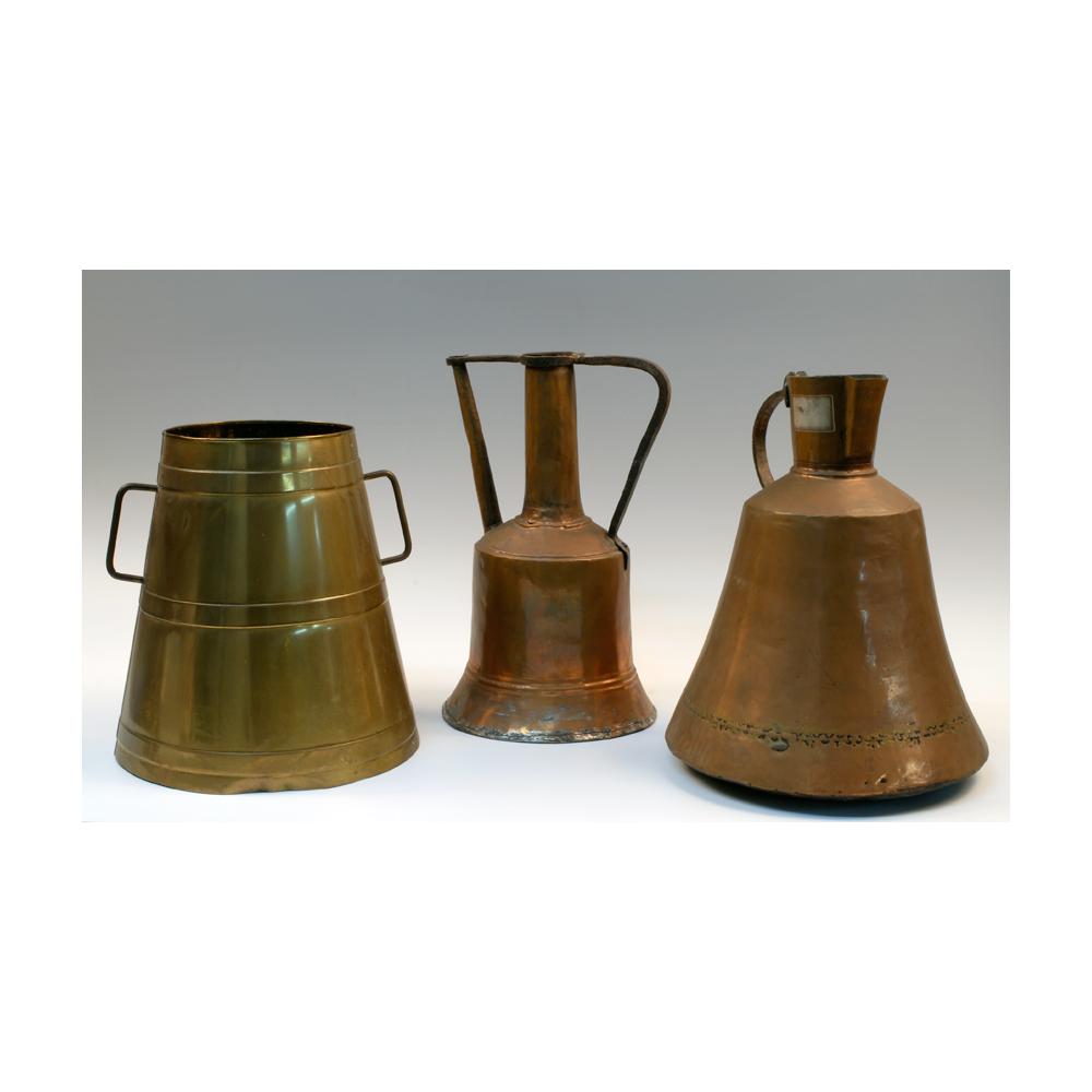 Lote de tres utensilios de cocina en cobre repicado y latón. - Artsvalua