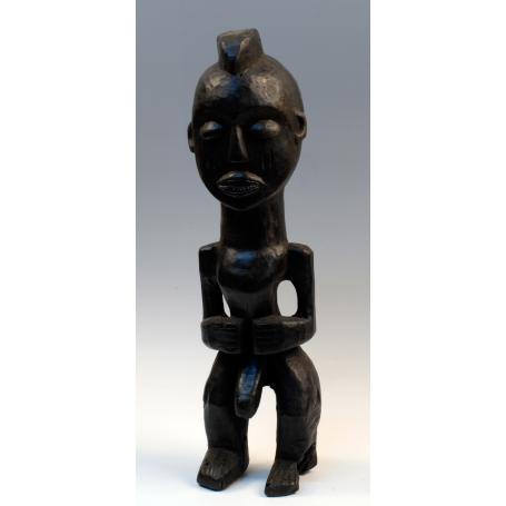 Figura masculina desnuda, del pueblo fang, en madera tallada