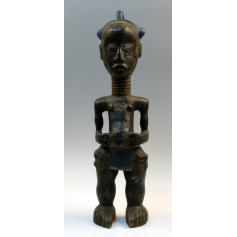 Estatua masculina baulé, en madera policromada.