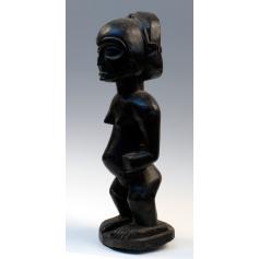 Estatua femenina del pueblo fang. Madera tallada.