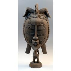 Fetiche ceremonial, con una gran máscara en madera tallada