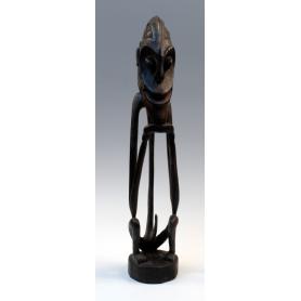 Fetiche centroafricano de delgadas líneas en madera tallada.