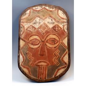 Máscara con maquillaje de la etnia, en colores tierra.
