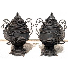 Pareja de copas ornamentales en hierro. Circa: 1900.