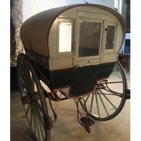 Tartana, o carro, tancat, de tracció animal. Al voltant de l'any:1920-30.
