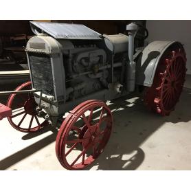 Tractor McCORMICK. Rodes de ferro. Meitat s.: XX.